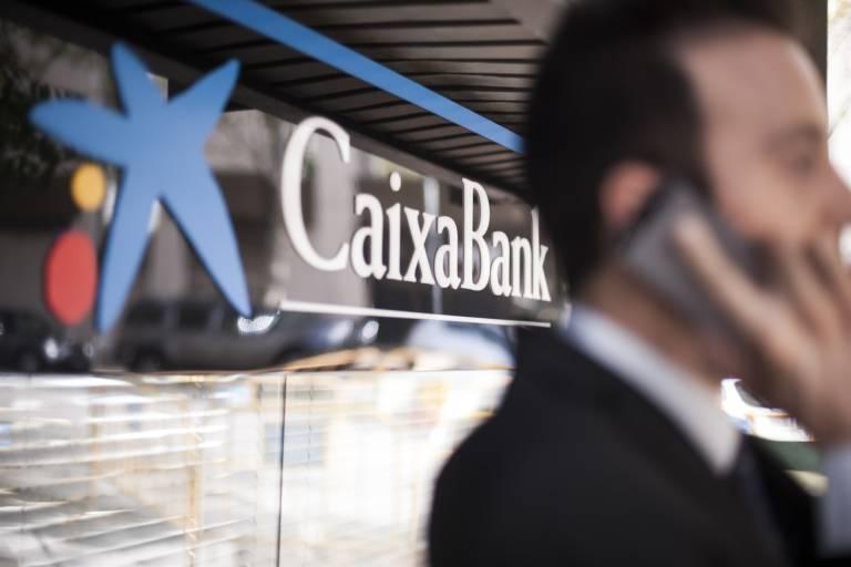 inversión caixabank hombre teléfono móvil