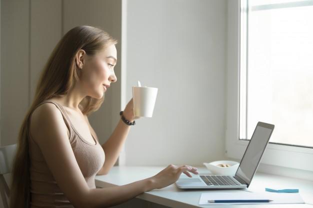 negocios con poca inversión café computador mujer